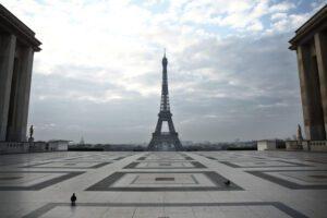 Piazza Trocadero, di fronte alla Torre Eiffel a Parigi, di solito affollata di turisti, è deserta per via dell'epidemia da Covi-19 (AP Photo/Thibault Camus)