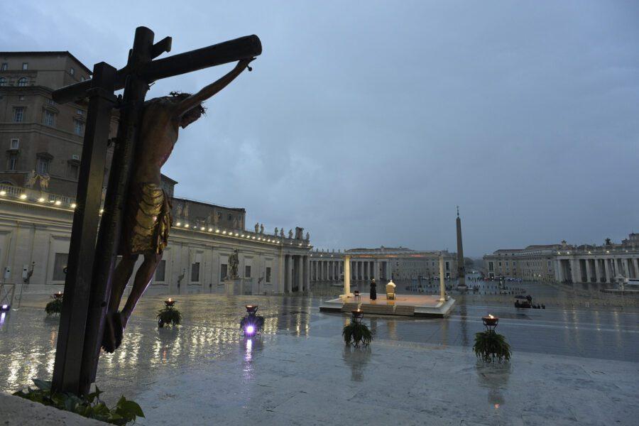 """Papa Francesco chiama Dio: """"Non lasciarci in balia di questa tempesta"""""""