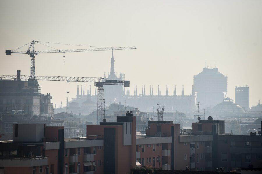 Il Duomo di Milano avvolto nello smog (Claudio Furlan/lapresse 05-11-2017 Milano)