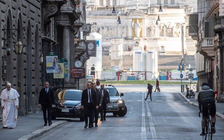 Il Papa a via del Corso domenica 15 marzo, quando si è recato a pregare alle Chiese di Santa Maria Maggiore e San Marcello al Corso