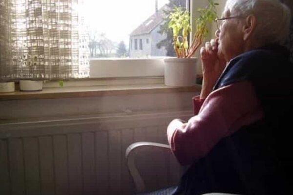 """Solitudine e coronavirus. Liliana, 83 anni: """"Piango tutto il giorno, nel mio condominio nessuno mi aiuta"""""""