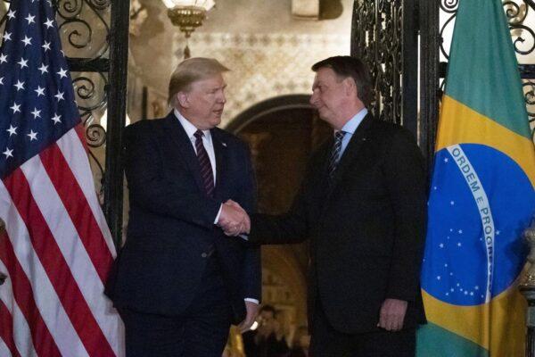 """""""Io negativo"""", il presidente del Brasile Bolsonaro smentisce la positività al Coronavirus: era stato a cena con Trump"""