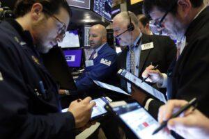 Coronavirus, paura per l'economia: male Borsa e spread. Moody's taglia la crescita dell'Italia e 'chiama' la recessione