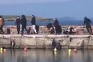Migranti, a Lesbo gli abitanti bloccano gli sbarchi: calci a reporter e volontari