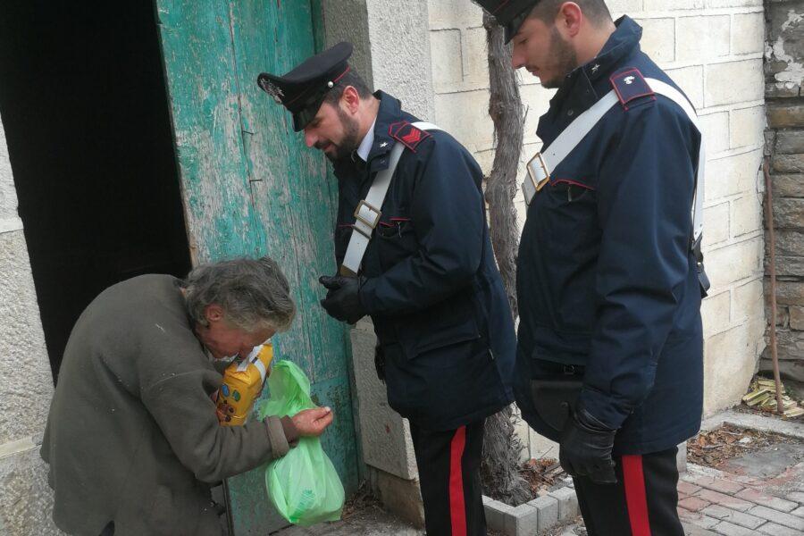 Dal ritiro delle bombole d'ossigeno alla consegna dei farmaci: così i carabinieri aiutano chi sta male