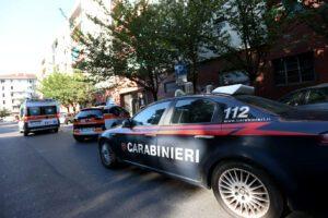 Ex carabiniere uccide la moglie e si lancia dal balcone: la donna trovata morta in casa
