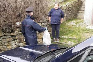 Carabinieri campioni di solidarietà: portano farmaci e cibo a coppia di anziani in isolamento per Covid-19