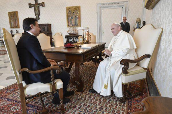 """Papa Francesco incontra il premier Conte: """"Rischio genocidio se priorità è l'economia"""""""