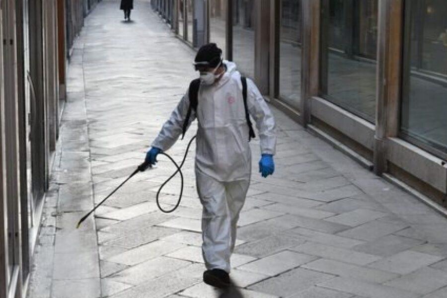 """L'esperta: """"Mascherine poco utili, serve distanza e disinfezione strade"""""""