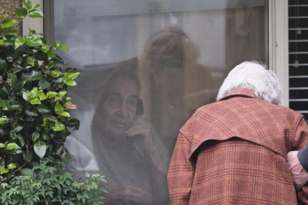 Il Covid-19 uccide gli anziani e i giovani se ne fottono