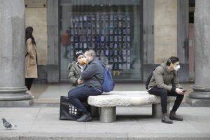 Niente abbracci o strette di mano, anziani a casa: le regole straordinarie per fronteggiare il coronavirus