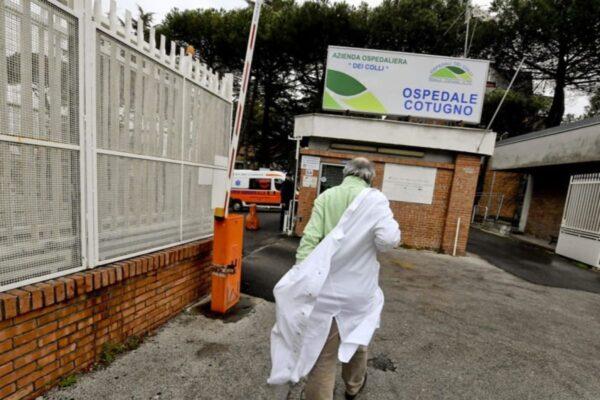 Coronavirus, muore medico a Napoli: ex compagni di classe ricoverati