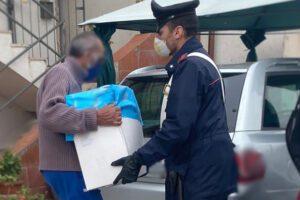 """""""Non possiamo mangiare"""" e mostra frigo vuoto ai carabinieri: tre 'blitz' di solidarietà a Napoli"""