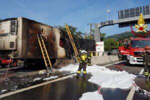 Incidente sull'autostrada A4, prende fuoco un camion
