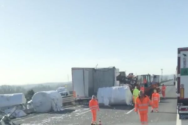 Schianto tra camion sull'A1, chiusa al traffico l'autostrada