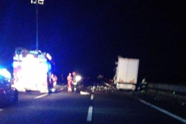 Tamponamento tra tir in autostrada, camionista muore tra le lamiere