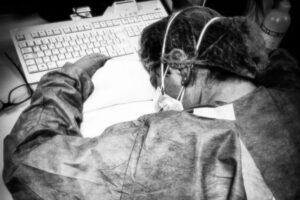 Infermiera crolla stremata dopo turni nel reparto Coronavirus: la foto fa il giro del web