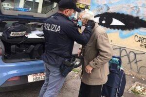 """""""Non posso entrare al supermercato"""", poliziotti regalano mascherina ad anziano in lacrime"""