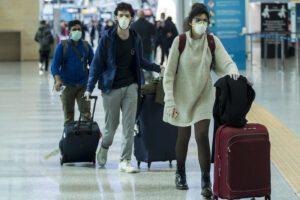Vai all'estero, ti infetti e torni: boom di contagi al rientro dalle vacanze