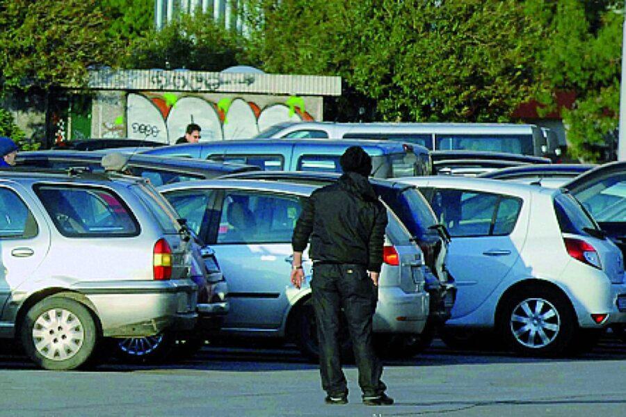 Reddito di cittadinanza 'supportava' organizzazione di parcheggiatori abusivi: 14 denunce