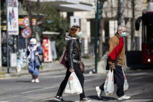 """Roma apre la """"caccia all'untore"""", la Raggi vuole cittadini-spioni per segnalare gli assembramenti"""
