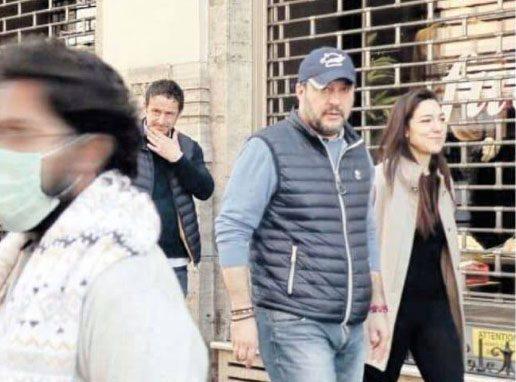 Coronavirus, polemiche per la passeggiata romantica di Salvini per il centro di Roma