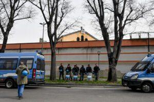 Rivolte nelle carceri per il Coronavirus: 6 morti a Modena, maxi evasione a Foggia, a San Vittore detenuti sui tetti
