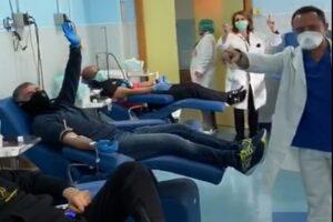 Coronavirus, il flash mob di donatori di sangue e infermieri al Cardarelli commuove tutti