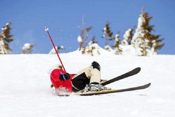 Scappa dalla quarantena per sciare, si frattura un femore e viene 'scoperto' dai medici