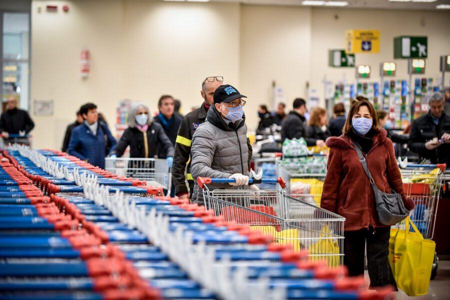 Positivo al Coronavirus fa la spesa al supermercato, rischia fino a 12 anni di carcere
