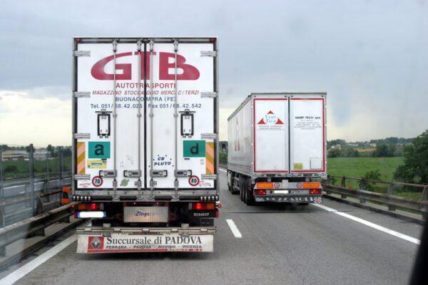 """""""Coronavirus ha viaggiato sui Tir in autostrada"""", lo studio sul contagio in Italia"""