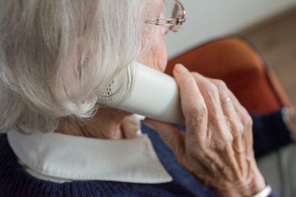 """""""In mezz'ora 81 telefonate"""", nonnina vittima del finto nipote: colpo da 3500 euro tra soldi, bancomat e gioielli"""