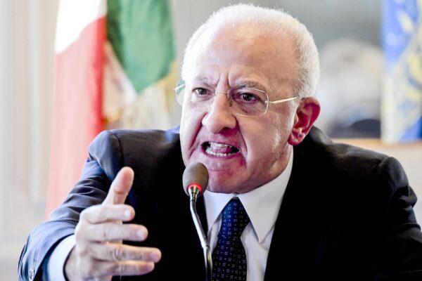 """De Luca rimanda decisioni su delivery e fa arrabbiare i commercianti: """"Scelta inspiegabile"""""""