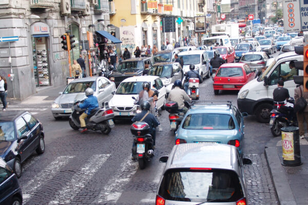 Cambiano i trasporti, Napoli nella morsa del traffico con 400mila auto in più per strada