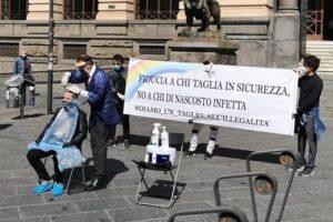 """La protesta dei parrucchieri: """"Fateci riaprire!"""" E la piazza diventa un salone"""
