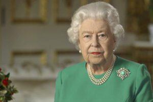 La 94enne Elisabetta II dà scacco all'impacciato Boris Johnson