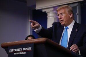 Lo sciagurato Trump sbaglia tutto ma sale nei consensi