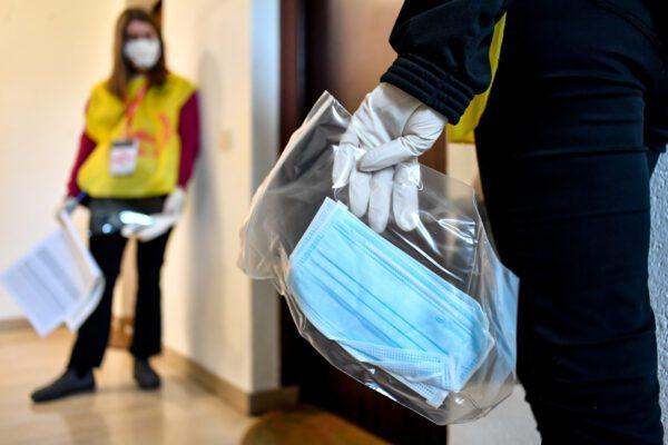 L'Istituto Superiore di Sanità dà il via libera alle mascherine fatte in casa, indice di contagiosità tra 0,5 e 0,7