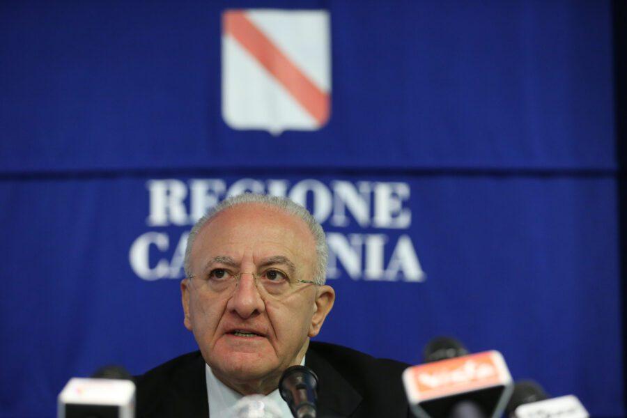 """Paura contagi in Campania, De Luca avverte: """"Così mascherina obbligatoria anche all'aperto"""""""