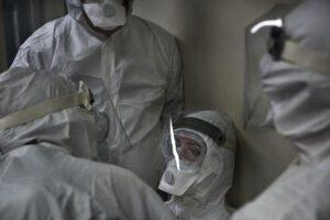 Infermiera sfinita sviene, lo scatto che racconta la solidarietà negli ospedali