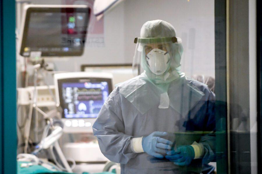 La strage degli 'angeli' del Coronavirus, 87 medici morti: positivo direttore dell'Aifa