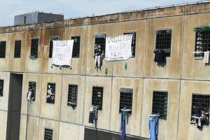 Coronavirus, due detenuti in isolamento nel carcere di Secondigliano: scatta la protesta