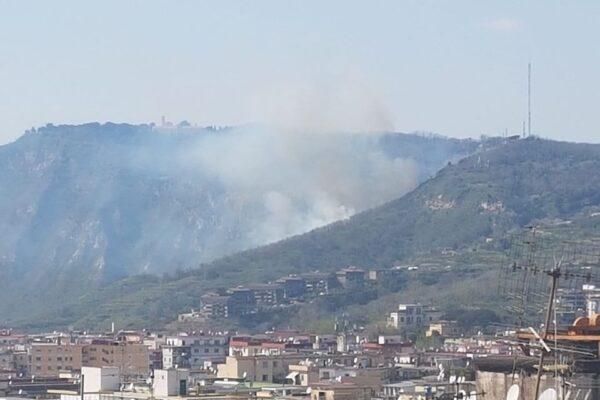 """Incendio ai Camaldoli, i residenti accusano: """"Piromani non si fermano neanche davanti ad emergenza nazionale"""""""