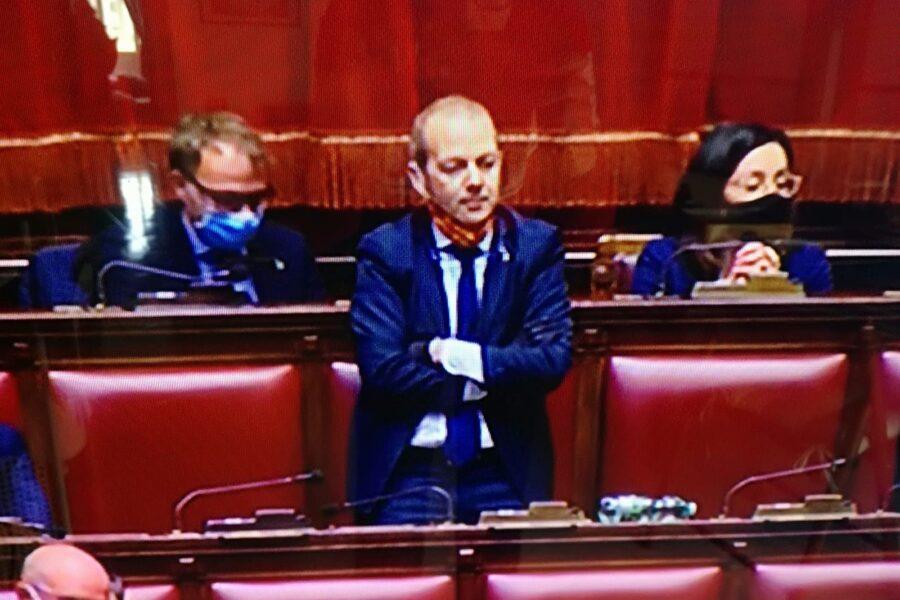 """Conte in Aula senza mascherina, deputato leghista la toglie per protesta: """"Non può farlo"""""""