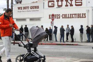 """Follia Usa: venduti 2 milioni di pistole contro il Coronavirus. Trump: """"Beni essenziali"""""""