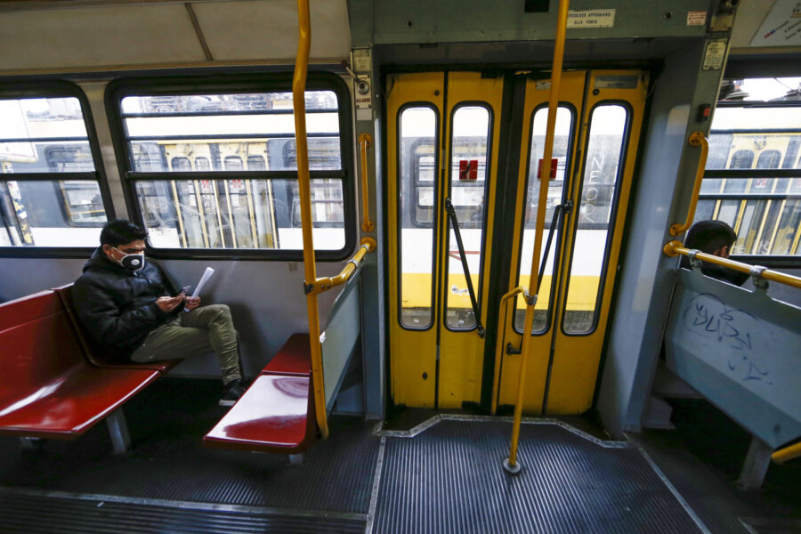 Come cambieranno i trasporti nella Fase 2: le novità per treni, autobus, aerei e metro