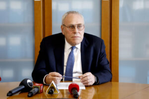 Il procuratore Greco chiede ai sostituti di rispettare la legge…