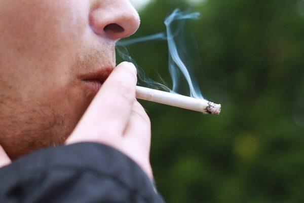 Le sigarette proteggono dal Coronavirus, lo studio francese che riabilita la nicotina