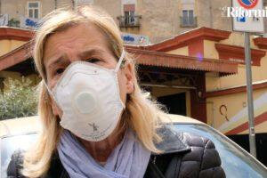 """Scuola a domicilio, la maestra Angela per i vicoli di Napoli: """"Bimbi senza connessione, vado balcone per balcone"""""""