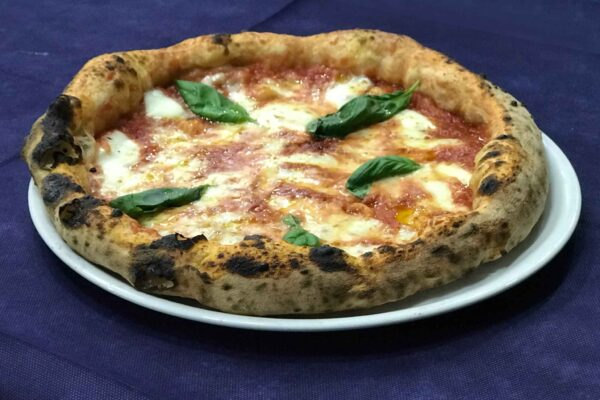 Pizze a domicilio, De Luca rinvia decisione sulla riapertura al delivery in Campania
